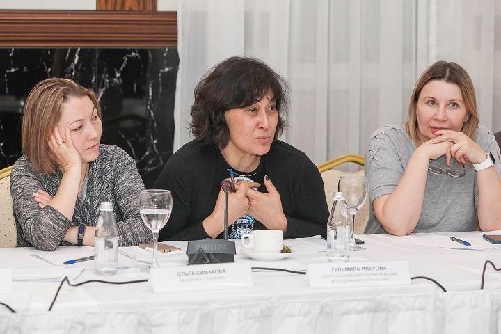 Гульмира Илеуова (в центре)