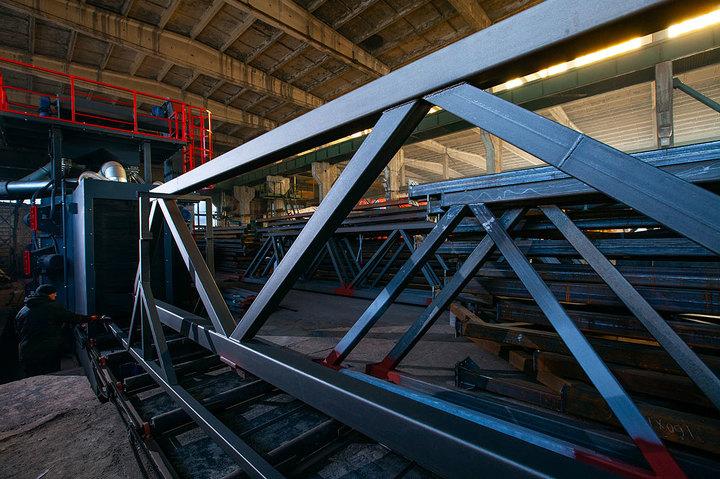 Первые металлические перекрытия весом 275 тонн покрыты огнезащитным слоем