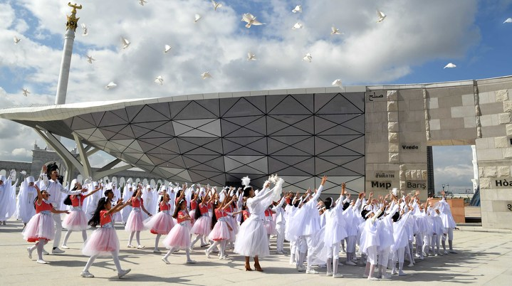 Нурсултан Назарбаев открыл монумент «Стена мира» в Астане