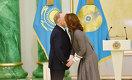 Нурсултан Назарбаев лично вручил госпремию Алие Назарбаевой